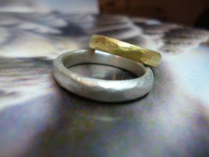 Ein silberner und ein Goldring