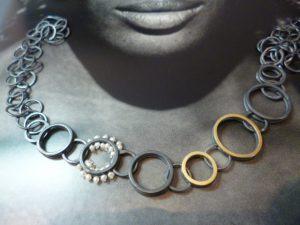 Elegantes Collier mit Gold und Perlen